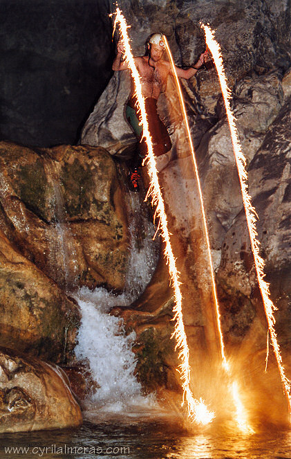 Canyoning-de-nuit-effet-pyrotechnique